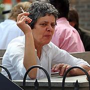 NLD/Laren/20070721 - Partner van Frits Spits op een terras in Laren met een vriendin