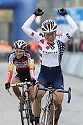 BELGIUM / BELGIQUE / BELGIE / CYCLOCROSS / VELDRIJDEN / CYCLO-CROSS / CYCLING / OVERIJSE / DRUIVENCROSS / WOMEN / PODIUM / CELEBRATION / HULDIGING / (L-R) SANNE CANT (BEL) AND LENTEL (CHILD) / KATIE COMPTON (USA) / NIKKI HARRIS (GBR) / WILLY VAN ROY /
