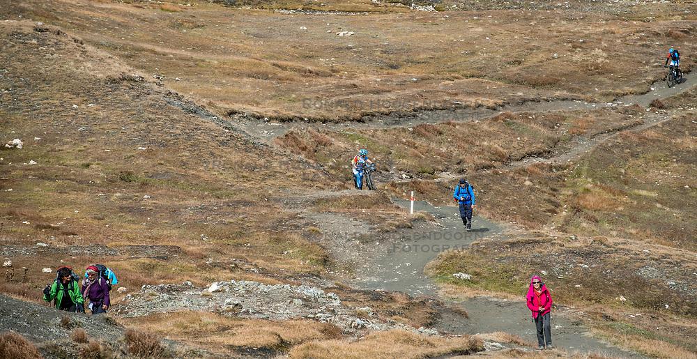 15-09-2017 ITA: BvdGF Tour du Mont Blanc day 6, Courmayeur <br /> We starten met een dalende tendens waarbij veel uitdagende paden worden verreden. Om op het dak van deze Tour te komen, de Grand Col Ferret 2537 m., staat ons een pittige klim (lopend) te wachten. Na een welverdiende afdaling bereiken we het Italiaanse bergstadje Courmayeur. Maartje, Jeroen