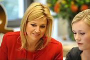 Prinses Máxima en experts chatten met Hyvers over omgaan met geld. Hare Koninklijke Hoogheid Prinses Máxima der Nederlanden neemt maandag 29 maart deel aan een (video)chat met jongeren over 'omgaan met geld' bij Hyves in Amsterdam. De Prinses gaat samen met financiële experts vragen van jongeren beantwoorden over omgaan met geld. De (video)chat maakt deel uit van de onlangs gelanceerde jongerencampagne 'Zonder Cash ben je nergens' waar de Prinses het startsein voor heeft gegeven.