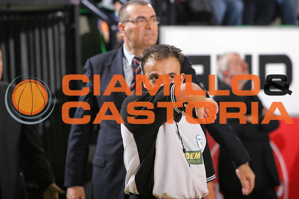 DESCRIZIONE : Treviso Lega A1 2006-07 Benetton Treviso Lottomatica Virtus Roma <br /> GIOCATORE : Arbitro <br /> SQUADRA : <br /> EVENTO : Campionato Lega A1 2006-2007 <br /> GARA : Benetton Treviso Lottomatica Virtus Roma <br /> DATA : 01/04/2007 <br /> CATEGORIA : Curiosita <br /> SPORT : Pallacanestro <br /> AUTORE : Agenzia Ciamillo-Castoria/S.Silvestri