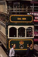 Hong Kong. tramways in central        / tramways dans  - central  -  et sortie des bureaux       / R00092/81    L940323b  /  P0001845
