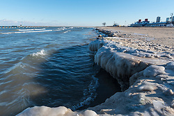 © Licensed to London News Pictures. 04/01/2017. Chicago, USA. The icy shoreline of Lake Michigan is seen at North Avenue Beach in Chicago as a cold spell returns to the Windy City, with daytime high temperatures of -6C.  Sub-zero temperatures are forecast to remain for the rest of the week. Photo credit : Stephen Chung/LNP