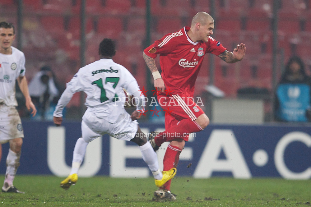 BUCHAREST, ROMANIA - Thursday, February 25, 2010: Liverpool's Martin Skrtel clashes with FC Unirea Urziceni's Antonio Semedo and is subsequently injured during the UEFA Europa League Round of 32 2nd Leg match at the Steaua Stadium. (Photo by David Rawcliffe/Propaganda)