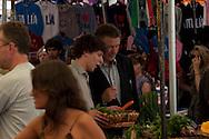 Roma 28 Luglio 2011.Il set del  film The Bob Decameron di Woody Allen, al mercato di Campo de Fiori.Alec Baldwin, attore e Jesse Eisenberg, giovane attore americano noto per aver interpretato Mark Zuckerberg nel film «The social network», sul set del film di Woody Allen