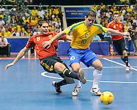 Fussball  International  FIFA  FUTSAL WM 2008   19.10.2008 Finale Brasil - Spain Brasilien - Spanien KIKE (li, ESP) gegen LENISIO (BRA)