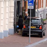NLD/Amsterdam/20050730 - Huwelijk Thom Hoffman en Giam Kwee, Giam laadt auto vol