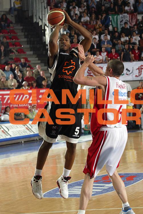 DESCRIZIONE : Varese Lega A1 2007-08 Cimberio Varese Solsonica Rieti <br /> GIOCATORE : Russell Carter<br /> SQUADRA : Solsonica Rieti<br /> EVENTO : Campionato Lega A1 2007-2008 <br /> GARA : Cimberio Varese Solsonica Rieti   <br /> DATA : 14/10/2007 <br /> CATEGORIA : Tiro<br /> SPORT : Pallacanestro <br /> AUTORE : Agenzia Ciamillo-Castoria/E.Pozzo <br /> Galleria : Lega Basket A1 2007-2008 <br /> Fotonotizia : Varese Campionato Italiano Lega A1 2007-2008 Cimberio Varese Solsonica Rieti<br /> Predefinita :