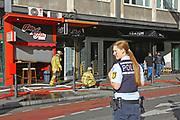 Mannheim. 30.06.17   Brand in der Innenstadt<br /> Innenstadt. N7. Brand in einer Bar.<br /> Zu einem größeren Rückstau von Lieferfahrzeugen in der Kunststraße führt derzeit ein Brand in der Mannheimer Innenstadt. Wegen der Löscharbeiten ist die Kunststraße derzeit noch gesperrt. Die Feuerwehr war am Morgen zu einer Verpuffung in einem Gastronomiebetrieb gerufen worden. Tatsächlich brannte es in der Küche. Das Feuer führte zu einer starken Rauchentwicklung. Zeitweise waren zwei Löschzüge der Berufsfeuerwehr und die Freiwillige Feuerweh Innenstadt im Einsatz. Derzeit werden die Schläuche eingerollt, die Einsatzstelle wohl in kurzer Zeit freigegeben. Bei dem Brand zogen sich drei Personen Rauchgasvergiftungen zu. Sie kamen zur Behandlung ins Krankenhaus.<br /> <br /> <br /> BILD- ID 0434  <br /> Bild: Markus Prosswitz 30JUN17 / masterpress (Bild ist honorarpflichtig - No Model Release!)
