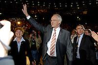 09 APR 2005 OBERHAUSEN/GERMANY:<br /> Juergen Ruettgers (M), CDU, Landesvorsitzender und Spitzenkandidat der CDU NRW, und seine Frau Angelika Ruettgers (L), auf dem Weg in die Halle, Wahlkampfauftaktveranstaltung zur Landtagswahl in Nordrhein-Westfalen, Koenig-Pilsener-Arena<br /> IMAGE: 20050409-01-003<br /> KEYWORDS: Jürgen Rüttgers