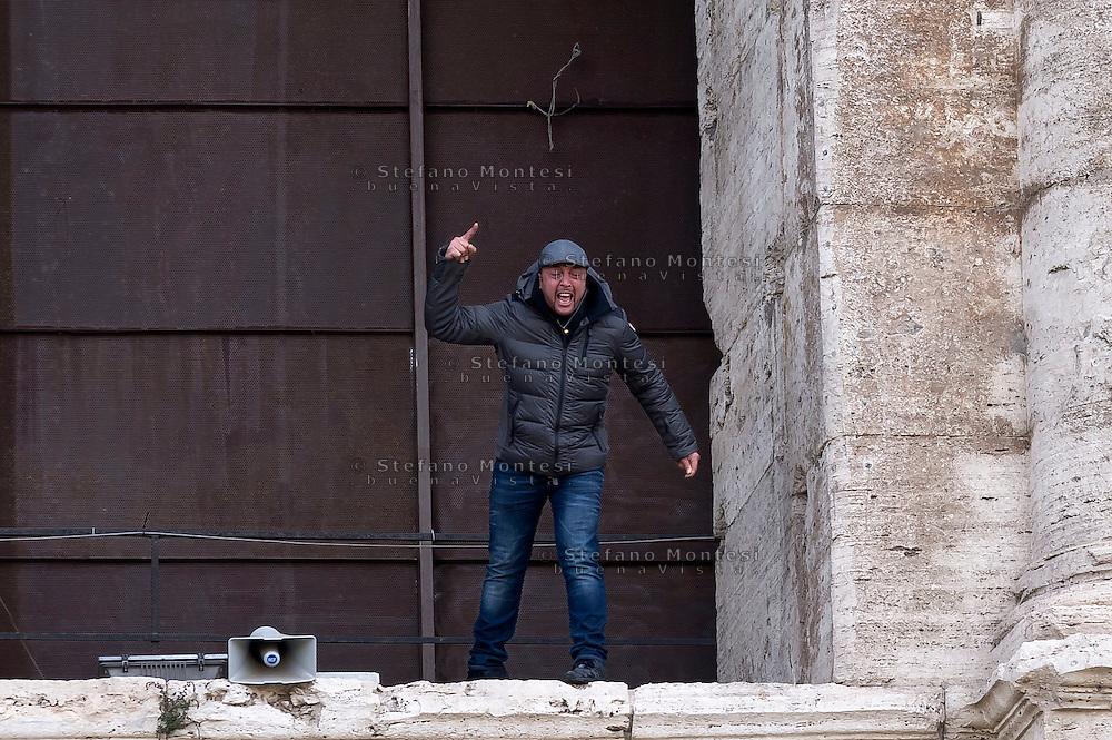 """Roma, 27 Novembre 2015<br /> Franco Magni, proprietario della """"Sp.Q.R. Special quality Rome», agenzia di guide turistiche, minaccia di buttarsi dal Colosseo per protestare contro l'ordinanza del commissario prefettizio del comune di Roma Francesco Paolo Tronca, che vieta i risciò, centurioni, e procacciatori di agenzie turistiche vicino ai munumenti.<br /> Rome, November 27, 2015<br /> Franco Magni, owner of the """"Special quality SPQR Rome,"""" agency of tourist guides threat to jump from the Colosseum to protest against the order of the Prefectural Commissioner of the City of Rome Francesco Paolo Tronca, banning rickshaws, centurions and brokers tourism agencie near monuments."""