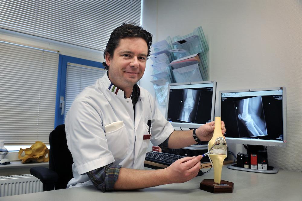 Nederland Almere 17 februari 2010.Dr. Falke heeft bij mevrouw van Leent haar linker knie in het Flevoziekenhuis vervangen door een prothese. .Foto: Jan Boeve i.o.v  Mixe - medische marketing