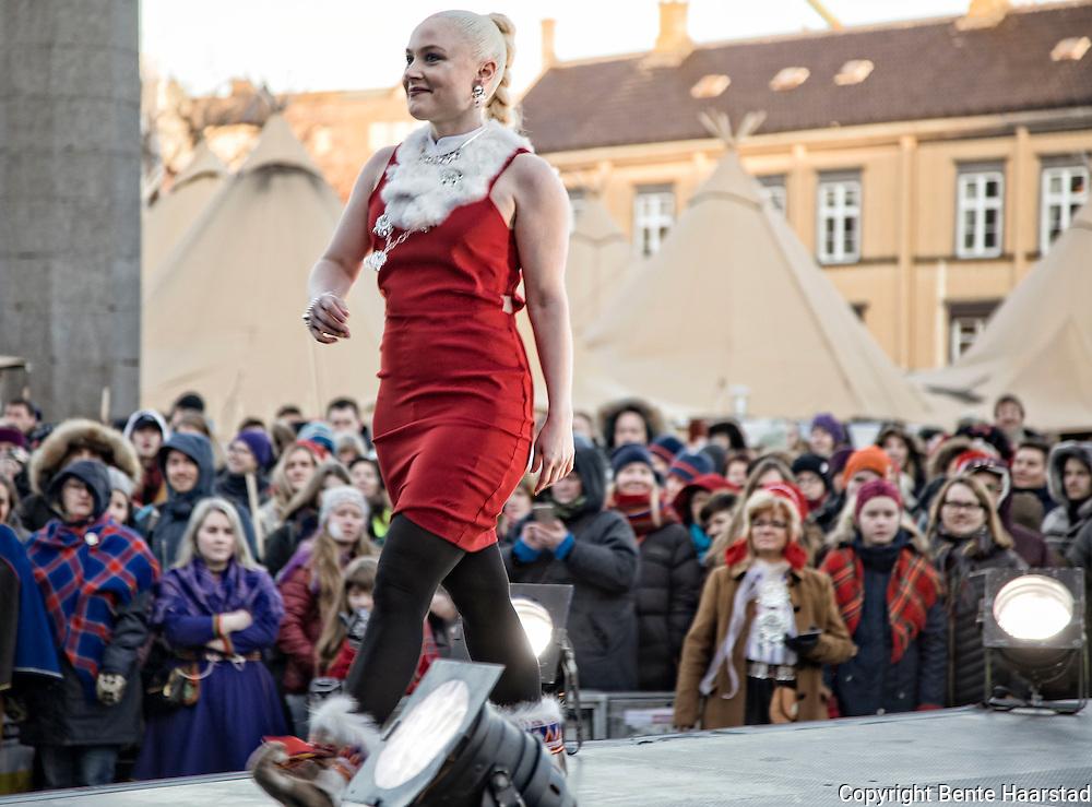 Inger Elin Utsi fra Kautokeino med kolleksjonen Árbi of Sápmi Motevisning, samisk på catwalken på Torget i Trondheim, Tråante 2017.