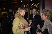 Martha Stewart, her daughter Alexis and Marjorie Reed Gordon. 47th annual Winter Antiques show Gala opening party. In aid of the East Side House Settlement. © Copyright Photograph by Dafydd Jones 66 Stockwell Park Rd. London SW9 0DA Tel 020 7733 0108 www.dafjones.com