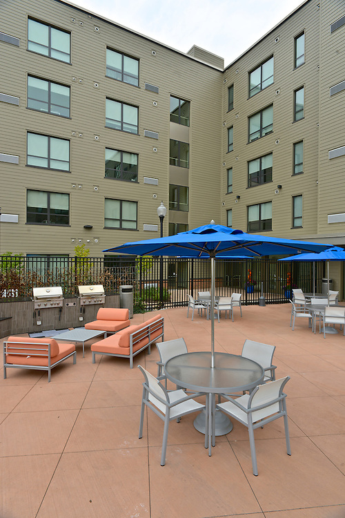 Outdoor seating in the patio at the 401 Lofts apartments.