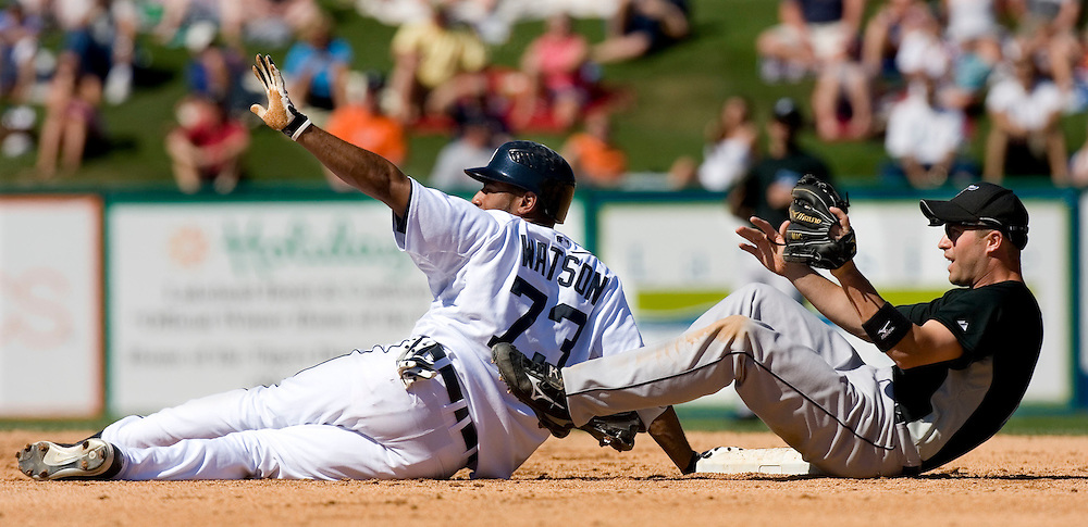 Detroit Tigers' Brandon Watson (L) signals that he is safe after beating the pick off attempt by Toronto Blue Jays shortstop John McDonald at second base during the fifth inning of their MLB spring training baseball game in Lakeland, Florida March 6, 2007.  REUTERS/Scott Audette(UNITED STATES)