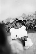 BAAI, 3 Jahre, mit einaeugigen Teddybaer. Provinz Lop Buri, Thailand..BAAI, age 3, hugging oneeye teddybear..Lop Buri, Thailand.......