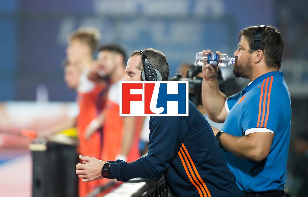 BHUBANESWAR - Assistent coach Ronald Brouwer met rechts bondscoach Max Caldas (Ned)   tijdens de Hockey World League Final wedstrijd Nederland-Argentinie (3-3).  COPYRIGHT  KOEN SUYK
