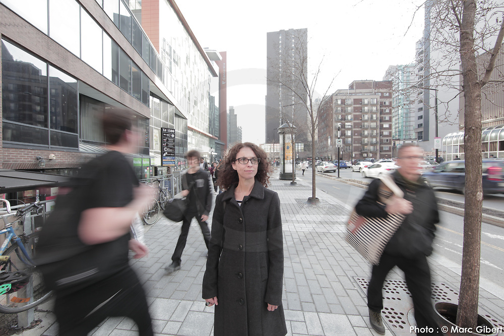 Portrait femme immobile dans la foule en mouvement -  / Montreal / Canada / 2017-04-26, Photo © Marc Gibert / adecom.ca