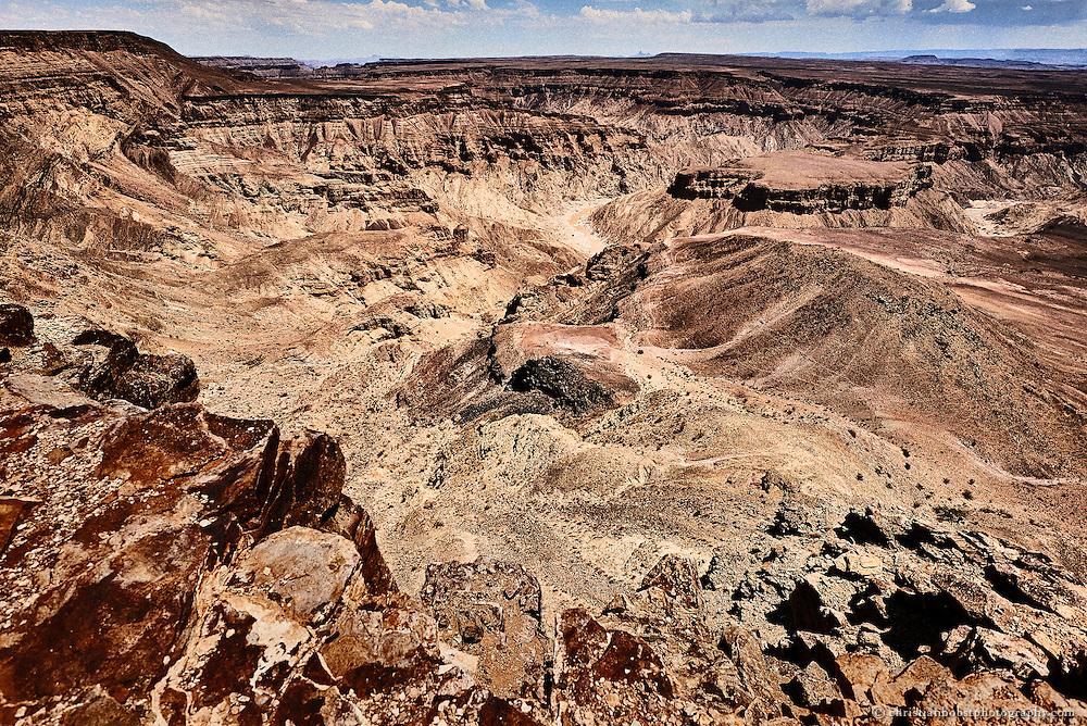 Blick über den Krippenrand in die kahle Schlucht des Fishriver Canyons. Der Höhenunterschied bis zum Boden der Schlucht beträgt bis zu 550 Meter, doch das Auge kann die Höhe kaum einschätzen, da es nichts gibt, was dem Auge als Masstab dienen könnte.