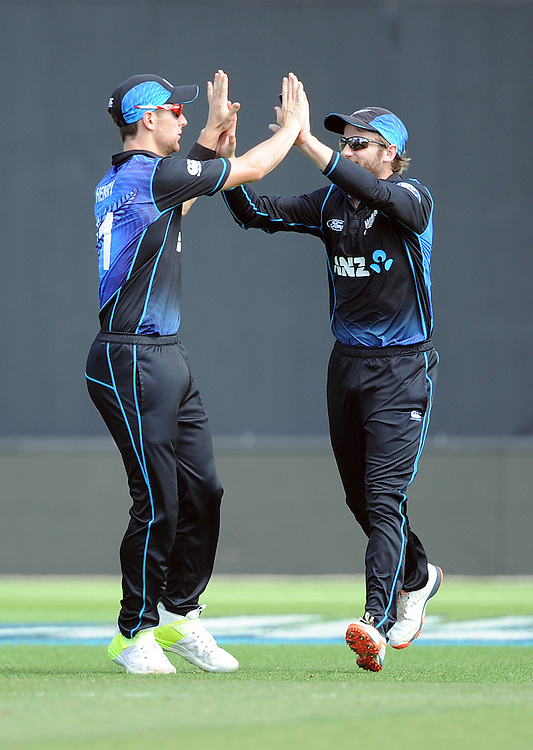 New Zealand's Matt Henry, left with captain Kane Williamson after taking the catch to dismiss Pakistan's Azhar Ali for 19 in the 1st ODI International Cricket match at Basin Reserve, Wellington, New Zealand, Monday, January 25, 2016. Credit:SNPA / Ross Setford