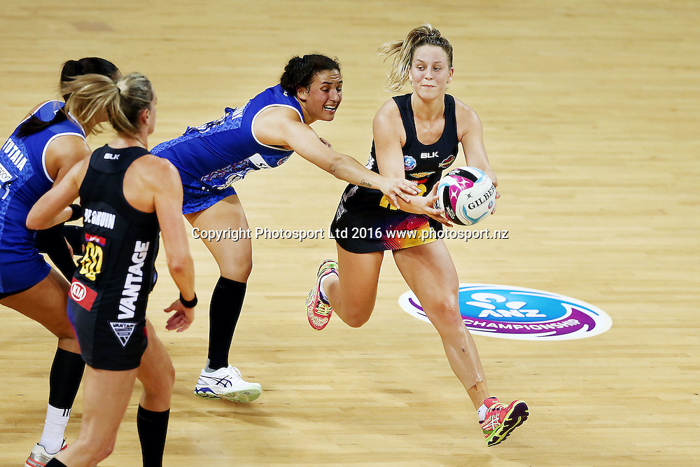 Jamie-Lee Price of the Magic competes against Nadia Loveday of the Mystics. 2016 ANZ Championship, Northern Mystics v Waikato BOP Magic, The Trusts Arena, Auckland, New Zealand. 6 June 2016. Photo: Anthony Au-Yeung / www.photosport.nz