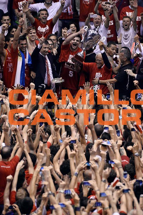 DESCRIZIONE : Campionato 2013/14 Finale Gara 7 Olimpia EA7 Emporio Armani Milano - Montepaschi Mens Sana Siena Scudetto<br /> GIOCATORE : Team<br /> CATEGORIA : Esultanza Premiazione<br /> SQUADRA : Olimpia EA7 Emporio Armani Milano<br /> EVENTO : LegaBasket Serie A Beko Playoff 2013/2014<br /> GARA : Olimpia EA7 Emporio Armani Milano - Montepaschi Mens Sana Siena<br /> DATA : 27/06/2014<br /> SPORT : Pallacanestro <br /> AUTORE : Agenzia Ciamillo-Castoria /GiulioCiamillo<br /> Galleria : LegaBasket Serie A Beko Playoff 2013/2014<br /> FOTONOTIZIA : Campionato 2013/14 Finale GARA 7 Olimpia EA7 Emporio Armani Milano - Montepaschi Mens Sana Siena<br /> Predefinita :