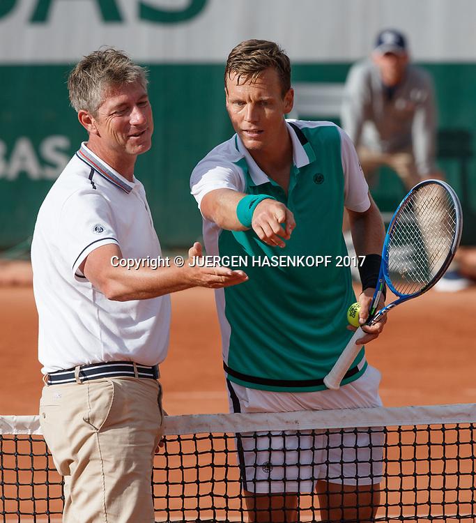 TOMAS BERDYCH (CZE) diskutiert auf dem Platz mit dem Stuhlschiedsrichter der den Ball Aus gab, Emotion, Aerger,Referee,<br /> <br /> Tennis - French Open 2017 - Grand Slam ATP / WTA -  Roland Garros - Paris -  - France  - 30 May 2017.