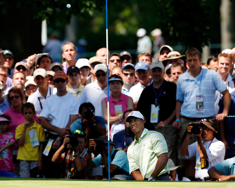epa00743455 Tiger Woods of the US chips in front of the gallery around the sixth hole during the first day of the US Open Golf Championship at Winged Foot Golf Club in Mamaroneck, New York Thursday, 15 June 2006.  EPA/ANDREW GOMBERT