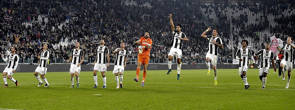 &copy; Filippo Alfero<br /> Juventus-Napoli, Serie A 2016/2017<br /> Torino, 29/10/2016<br /> sport calcio<br /> Nella foto: Esultanza giocatori Juventus a fine gara