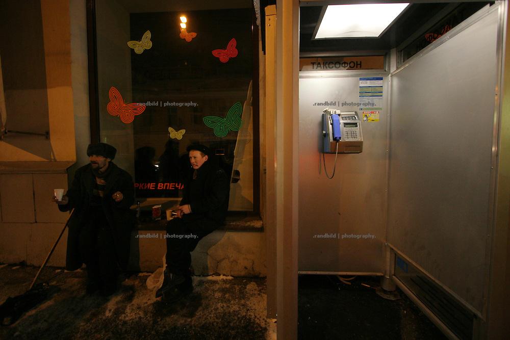 """Der Wärmebus der kirchlichen Organisation """"Barmherzigkeit"""" sucht in den Moskauer Winternächten nach erkrankten oder verwahrlosten Obdachlosen, die sich um die zahlreichen Bahnhöfe der russischen Hauptstadt aufhalten. Sie können in dem Bus mitfahren und werden später medizinisch behandelt.The religios charity organisation """"Mercy"""" operates a bus in which assistants drive around the russian capital moscow in winter nights to search for sick or grubby homeless. They took these homeless with them to led them participat of medical care."""
