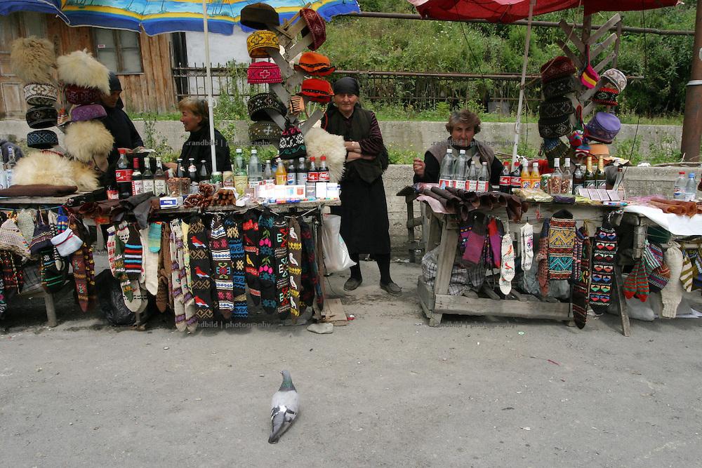 An der Georgischen Heerstrasse bei Gudauri verkaufen Frauen selbstgestrickte Socken und  Muetzen. Shopping mall caucasian style beside the Georgian Military Highway.