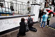 London | April 7, 2010 | Thousands visit Abbey Road Studios in northwest London every year and leave a note at the outside walls of the venue | © juelich/ip-photo.com