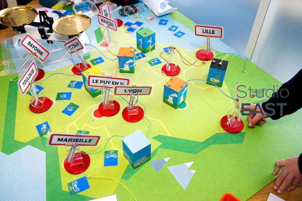 Jeu destiné à apprendre aux enfants les règles de l'équilibre énergétique, dans le showroom Recherche et développement de RTE, à Puteaux, près de Paris, France, le 30 mars 2013. Photo : Lucas Schifres