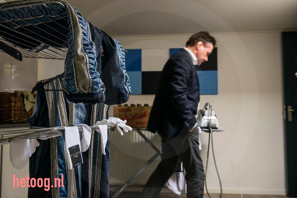 """Nederland,   Oldenzaal  02feb2018 In de bijkeuken staat alles in het teken van de kleding en de attributen van de prins. -  Han van Benthem, in het dagelijks leven Makelaar in Oldenzaal,  is dit jaar Stadsprins van Oldenzaal voor Carnavalsvereniging """"De Kadolstermennekes"""" . Hier thuis (met zijn vrouw Cindy) en op zijn werk gevolgd in aanloop naar het grote feest. Vandaag 02feb vindt er 's avonds  het' Boeskool of the Proms' plaats in Dans- en Partycentrum Rouwhorst.        Fotografie: Cees Elzenga/hetoog.nl  CE20180202 Editie: Alle"""