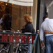 NLD/Laren/2005004 - Els Verberk, partner John de Mol kijkt in een winkelruit