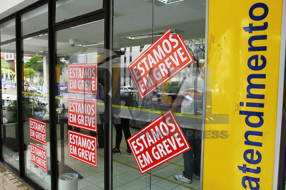 CURITIBA, PR, 30.09.2014 -GREVE DOS BANCARIOS/ CURITIBA - Agências Bancarias de Curitiba na manha desta terça-feira (30), começam greve por tempo indeterminado,  por reajuste de salários e reivindicações relacionadas a vantagens do trabalhadores. Na foto agência bancaria localizado no Bairro Bigorrilho em Curitiba. Além das agências do bairro,o Sindicato estima que também estarão fechadas as agências do Centro de Curitiba e dos bairros Centro Cívico e Batel. (Foto: Paulo Lisboa / Brazil Photo Press)