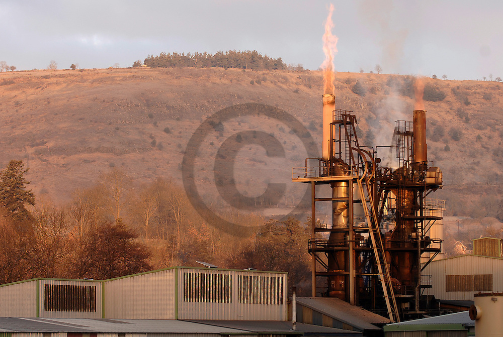 12/01/06 - CANTAL - FRANCE - Entreprise de fabrication de charbon de bois - Photo Jerome CHABANNE