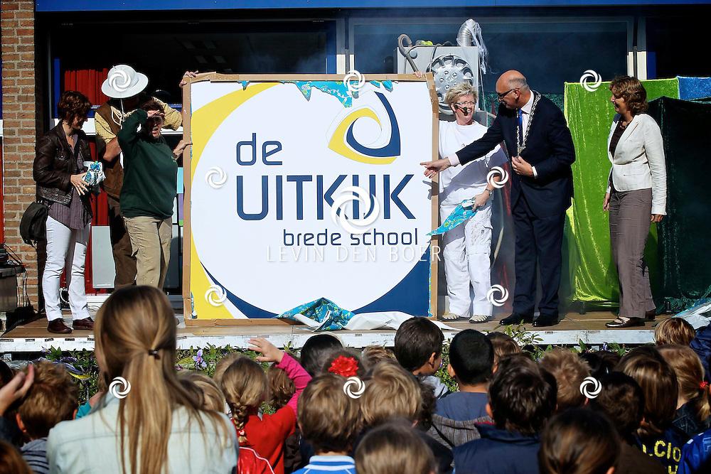 ZALTBOMMEL - De franciscusschool is verbouwd en werd vandaag opnieuw geopend door Burgemeester Albert van den Bosch. De nieuwe brede school heet voortaan De Uitkijk. FOTO LEVIN DEN BOER - PERSFOTO.NU