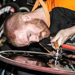 Nederlands Kampioenschap Scratch Apeldoorn geconcentreerd aan het werk mechanieker Tim de Boer sleutelend aan het wiel van Teun Mulder