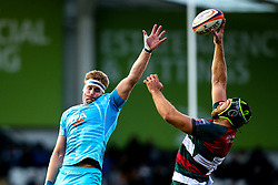 GJ van Velze of Worcester Warriors and Graham Kitchener of Leicester Tigers compete for the ball - Mandatory by-line: Robbie Stephenson/JMP - 03/11/2018 - RUGBY - Welford Road Stadium - Leicester, England - Leicester Tigers v Worcester Warriors - Gallagher Premiership Rugby