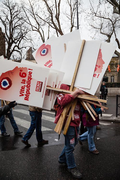 """Un homme portant des pancartes """"Vite le 6e République"""",, Place de la République le 18 mars 2012 à 13h, avant le départ du cortège du Front de Gauche vers la Bastille."""