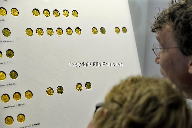 Nederland, Nijmegen, 2-6-2017Archeeologen van de Vrije Universiteit Amsterdam en de Rijksdienst voor het Cultureel Erfgoed , RCE,  presenteren tijdens een persconferentie in Museum Het Valkhof in Nijmegen een unieke goudschat uit het derde kwart van de 5e eeuw. De schat zal rond 460 na Chr. zijn begraven, niet lang vóór de definitieve val van het West-Romeinse rijk in 476.Detectorzoekers vonden het goud in een boomgaard in de Betuwe en seinden professionele archeologen in, die voor de opgraving zorgden. Bijzonder is dat de vinders en de grondeigenaar de goudschat in langdurig bruikleen afstaan aan Museum Het Valkhof. Museum Het Valkhof staat bekend om haar uitgebreide verzameling Romeinse bodemvondsten uit Nederland.In de persconferentie belichten de VU-archeologen Stijn Heeren, Nico Roymans en hoofd archeologie RCE Jos Bazelmans de betekenis van deze goudschat als een sleutelstuk voor onze kennis van de eindfase van het Romeinse gezag in Nederland en de overgang naar de Vroege Middeleeuwen.Foto: Flip Franssen