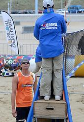 16-08-2014 NED: NK Beachvolleybal 2014, Scheveningen<br /> Tim Oude Elferink (2) in protest bij scheidsrechter