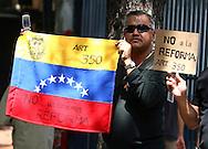 Un hombre participa hoy, 07 de noviembre de 2007, en Caracas, durante una marcha realizada por estudiantes universitarios en rechazo al proyecto de reforma constitucional impulsado por el presidente venezolano, Hugo Chavez, que sera sometido a referendo en diciembre proximo. (ivan gonzalez)