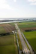 Nederland, Zuid-Holland, Hoeksche Waard 08-09-2006;  voltooide hogesnelheidslijn HSL: de toerit door de Hoeksche Waard naar de tunnel onder de Dordtsche Kil, aan de horizon de brug over het Hollandsch Diep (naar Noord-Brabant); ;transport, infrastructuur, verkeer en vervoer, mobiliteit, hogesnelheidslijn, spoor, rail, HSL, TGV, planologie, ruimtelijke ordening, landschap; zie ook andere foto's van deze lokatie (lucht en panorama); deel van de serie Panorama Nederland; luchtfoto (toeslag); aerial photo (additional fee required); .foto Siebe Swart / photo Siebe Swart
