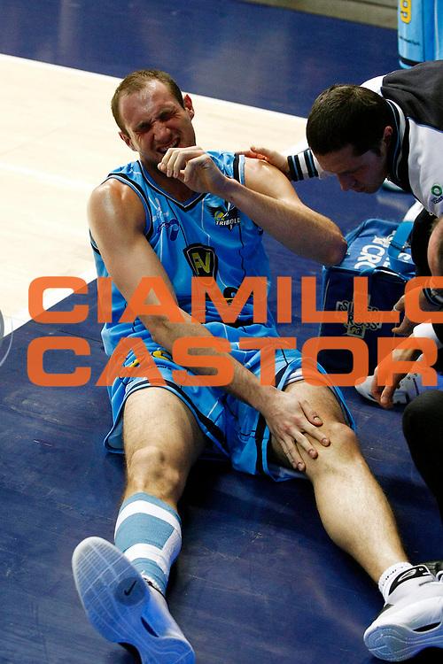 DESCRIZIONE : Cantu Lega A 2009-10 NGC Medical Cantu Vanoli Cremona<br /> GIOCATORE : Marco Cusin<br /> SQUADRA : Vanoli Cremona<br /> EVENTO : Campionato Lega A 2009-2010 <br /> GARA : NGC Medical Cantu Vanoli Cremona<br /> DATA : 07/02/2010<br /> CATEGORIA : Infortunio<br /> SPORT : Pallacanestro <br /> AUTORE : Agenzia Ciamillo-Castoria/G.Cottini<br /> Galleria : Lega Basket A 2009-2010 <br /> Fotonotizia : Cantu Campionato Italiano Lega A 2009-2010 NGC Medical Cantu Vanoli Cremona<br /> Predefinita :
