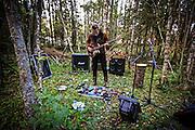 Åpning Sjøbygda Kunstnarhus. Lydsjekk i skogen før konsert med Sidsel Endresen og Stian Westerhus. Foto: Bente Haarstad
