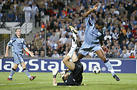 Fotball<br /> UEFA Champions League 2003/2004<br /> 01.10.2003<br /> Marseille v Partizan Beograd<br /> Foto: Digitalsport<br /> NORWAY ONLY<br /> <br /> FOOTBALL - CHAMPIONS LEAGUE 2003/04 - 1ST ROUND - GROUP F - 031001 - OLYMPIQUE MARSEILLE v FK PARTIZAN BELGRADE - 1ST GOAL DIDIER DROGBA (OM) / RADOVAN RADAKOVIC (PAR) - PHOTO JEAN MARIE HERVIO
