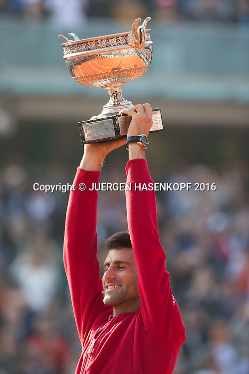 Novak Djokovic (SRB) haelt den Pokal hoch,Emotion,Freude,Siegerehrung,Praesentation,Herren Finale, Endspiel,<br /> Tennis - French Open 2016 - Grand Slam ITF / ATP / WTA -  Roland Garros - Paris -  - France  - 5 June 2016.